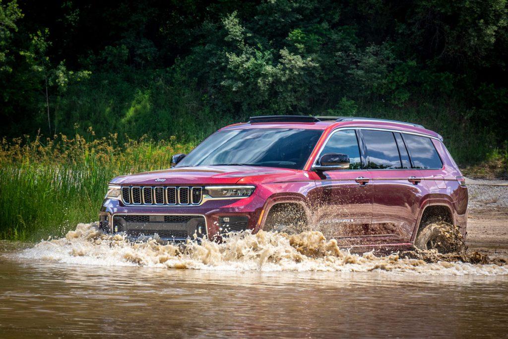 Jeep Grand Cherokee L off-roading, deep water