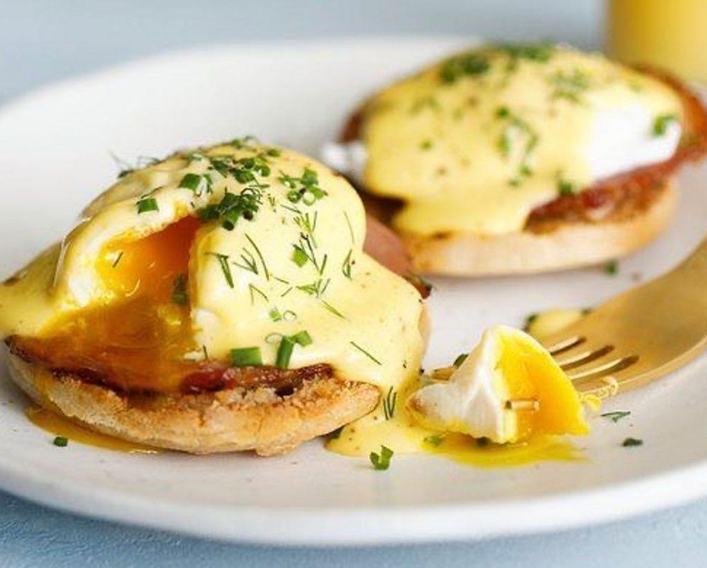 Eggs Benedict at Mama Bella
